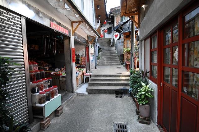 祈堂老街曾是金瓜石最繁榮的商店街,街區內隨處可見交錯的油毛氈屋頂,令人彷彿走入舊日時光。