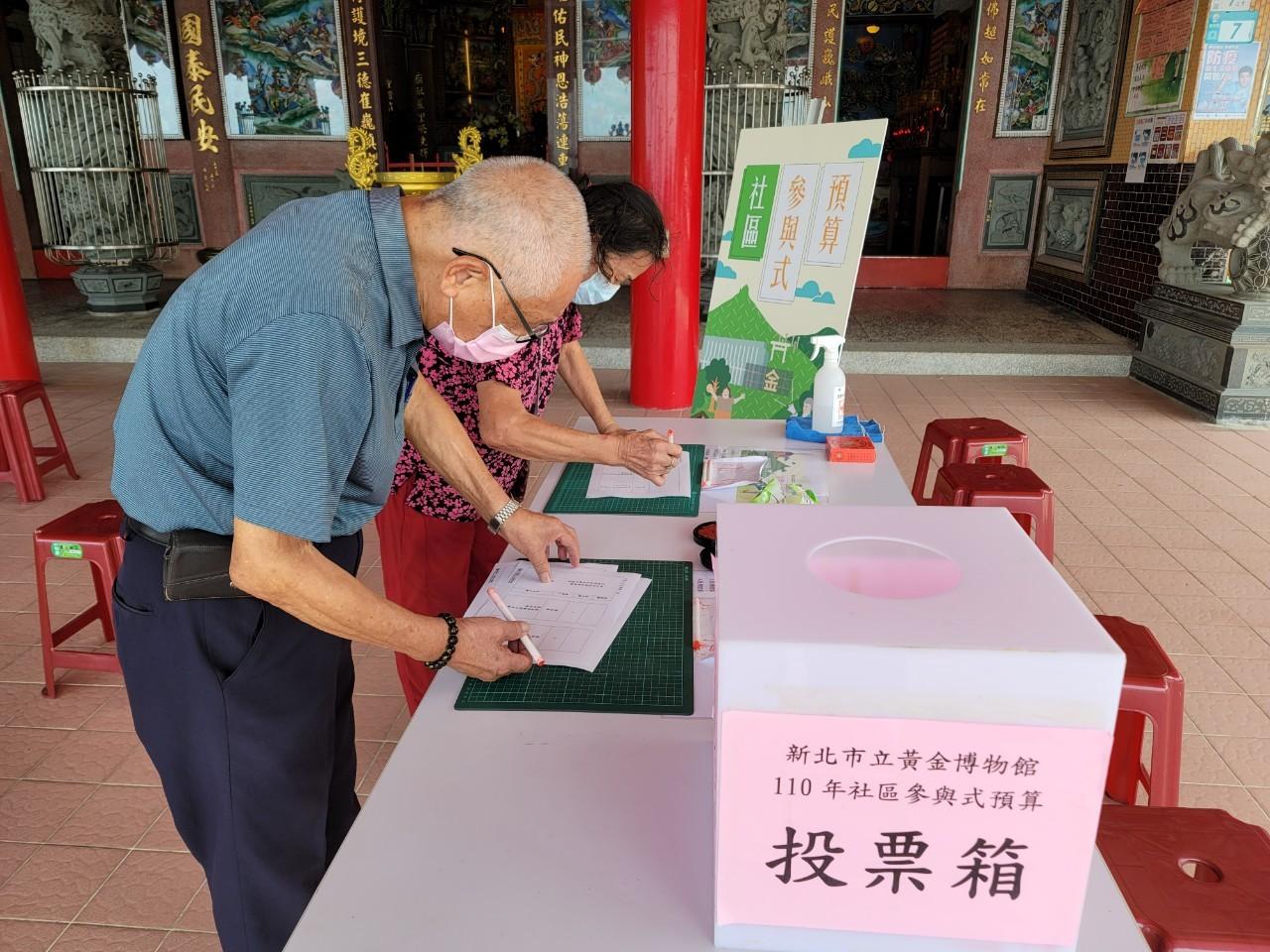 水湳洞濂新里居民於威遠廟前廣場投票